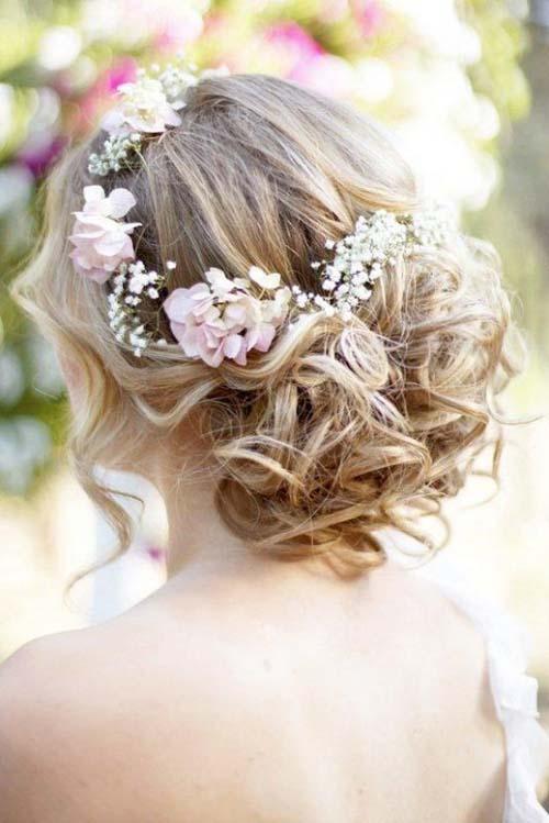 Причёски на свадьбу с цветами