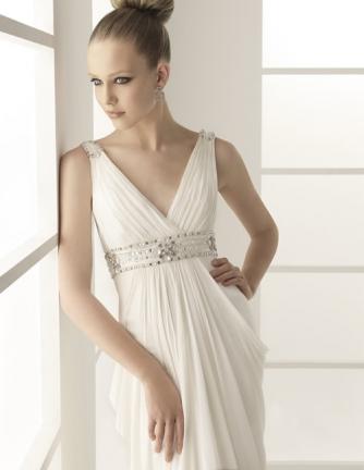Свадебное платье в греческом стиле с декорированной лямкой Rosa Clara.